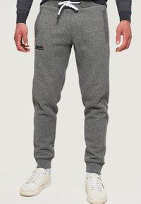 Superdry - ORANGE LABEL  - Pantalones deportivos - hammer grey grindle - 0