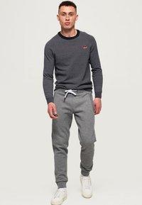Superdry - ORANGE LABEL  - Pantalones deportivos - hammer grey grindle - 1
