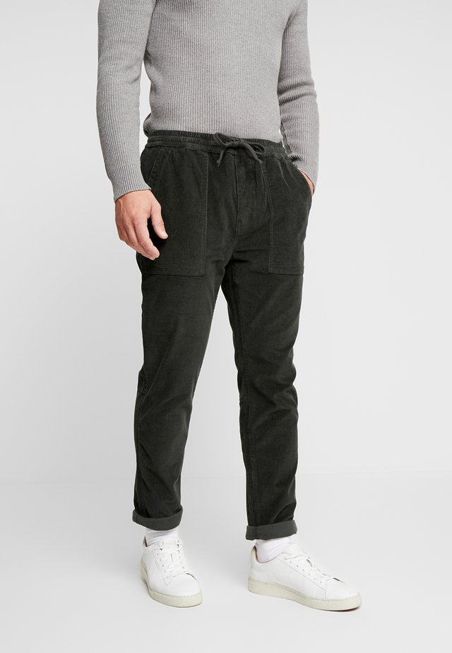 UTILITY PANT - Bukse - deep forest
