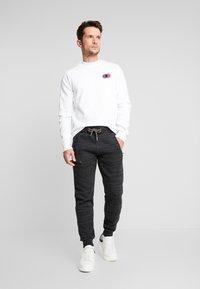 Superdry - CALI - Teplákové kalhoty - vast black space dye - 1