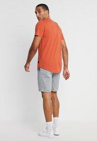 Superdry - SUNSCORCHED - Shorts - blue/white/orange - 2