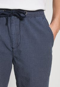 Superdry - SUNSCORCHED - Shorts - blue - 5