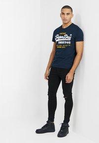 Superdry - PREMIUM GOODS DUO LITE TEE - T-shirt imprimé - navy - 1