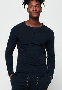 Superdry - Långärmad tröja - laundry navy blue - 0