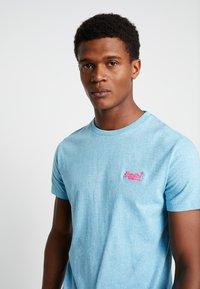 Superdry - FLURO GRIT TEE - T-shirt basic - fluro blue grit - 4