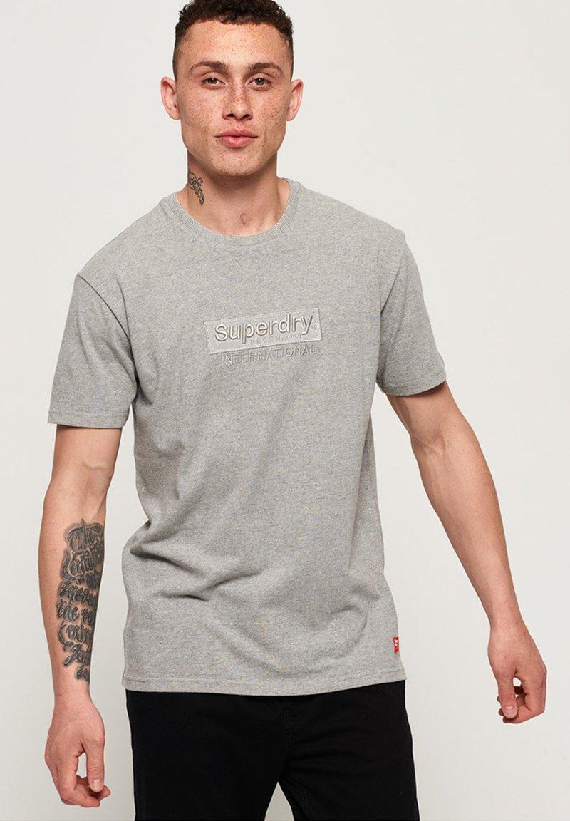 Superdry - INTERNATIONAL YOUTH BOX FIT  - T-Shirt print - gray