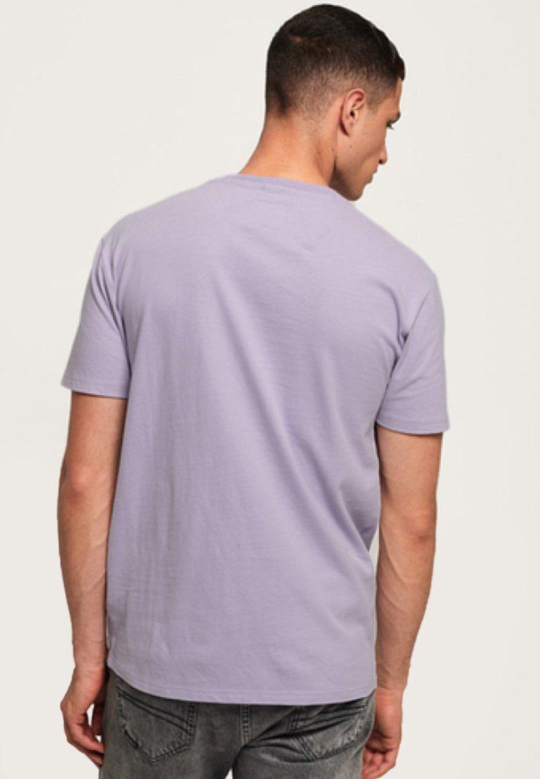 International FitT Purple Youth shirt Superdry Box Imprimé Pale Pastel 4AR5jL