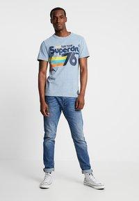 Superdry - SURF TEE - T-shirt z nadrukiem - bliss blue - 1