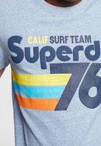 Superdry - SURF TEE - T-shirt z nadrukiem - bliss blue - 3