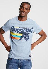 Superdry - SURF TEE - T-shirt z nadrukiem - bliss blue - 0
