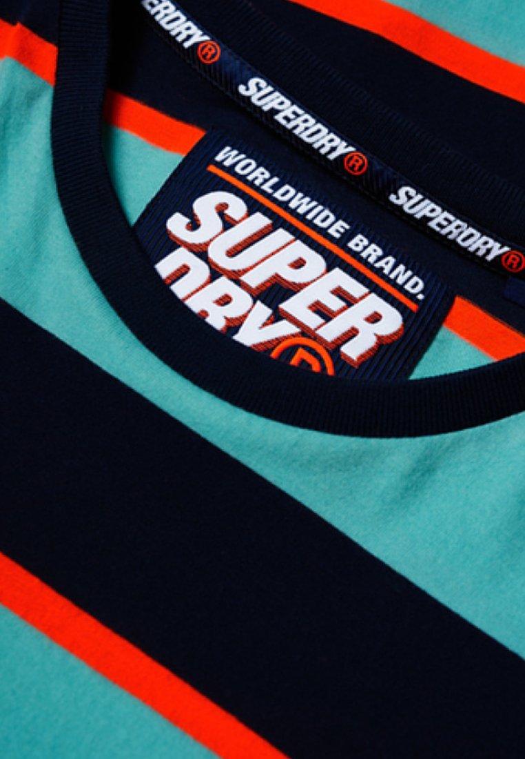 Skate shirt Superdry Green Stacked LuxT Imprimé BdrCxoe