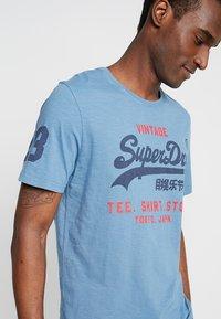 Superdry - SHOP DUO MID TEE - Print T-shirt - antique blue - 3