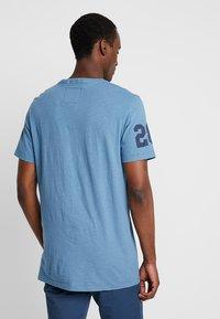 Superdry - SHOP DUO MID TEE - Print T-shirt - antique blue - 2