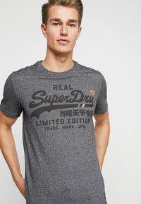 Superdry - VINTAGE LOGO FERO TEE - Print T-shirt - black grit - 4