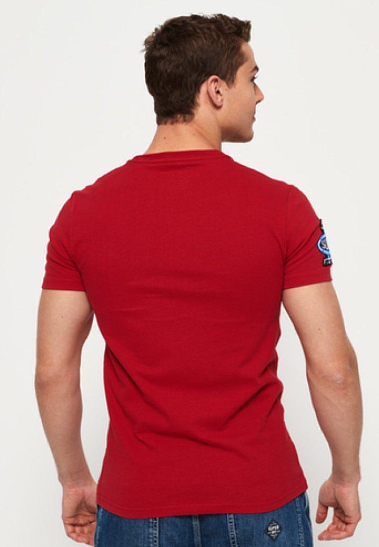 Bright Superdry Famous Imprimé FlyersT Red shirt srCthQd