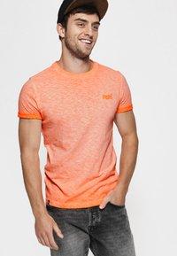 Superdry - LOW ROLLER - T-shirt print - orange - 0