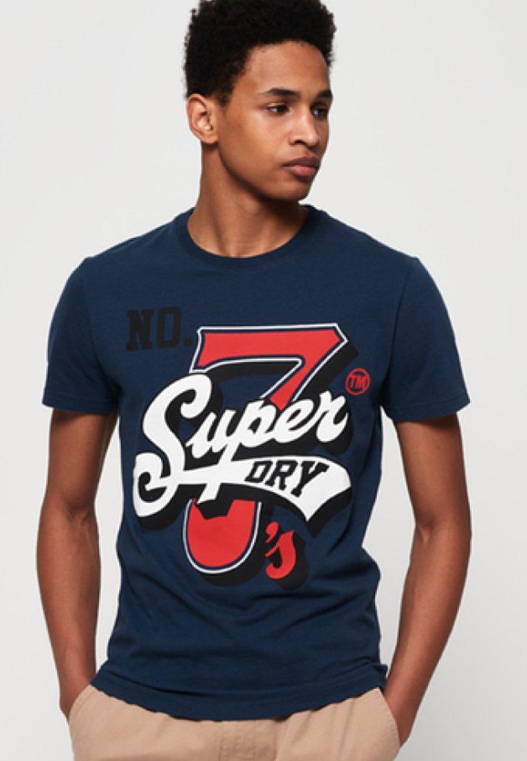 Superdry - SUPER SEVEN  - T-shirt z nadrukiem - navy blue