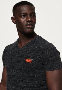 Superdry - MIT STICKEREI AUS DER ORANGE LABEL KOLLEKTION - T-shirt imprimé - black - 3