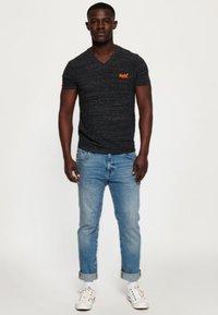 Superdry - MIT STICKEREI AUS DER ORANGE LABEL KOLLEKTION - T-shirt imprimé - black - 1