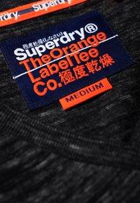 Superdry - MIT STICKEREI AUS DER ORANGE LABEL KOLLEKTION - T-shirt imprimé - black - 4