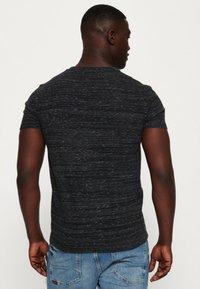 Superdry - MIT STICKEREI AUS DER ORANGE LABEL KOLLEKTION - T-shirt imprimé - black - 2