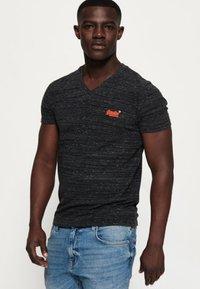 Superdry - MIT STICKEREI AUS DER ORANGE LABEL KOLLEKTION - T-shirt imprimé - black - 0