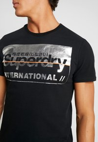 Superdry - RETRO SPORT TEE - Print T-shirt - black/silver - 4