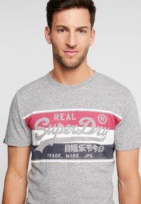 Superdry - VINTAGE LOGO RACER PANEL TEE - Print T-shirt - creek blue grit - 4