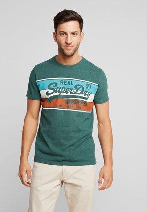 VINTAGE LOGO RACER PANEL TEE - Print T-shirt - buck green marl