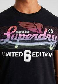 Superdry - ICARUS BLEND LITE TEE - Print T-shirt - black - 5