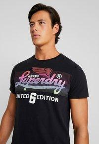 Superdry - ICARUS BLEND LITE TEE - Print T-shirt - black - 3