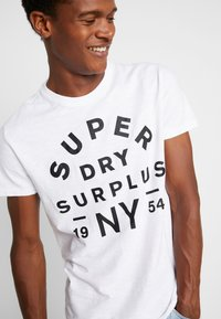 Superdry - SURPLUS GOODS TEE - T-shirt z nadrukiem - optic - 4