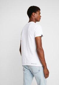 Superdry - SURPLUS GOODS TEE - T-shirt z nadrukiem - optic - 2