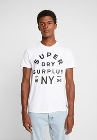 Superdry - SURPLUS GOODS TEE - T-shirt z nadrukiem - optic - 0