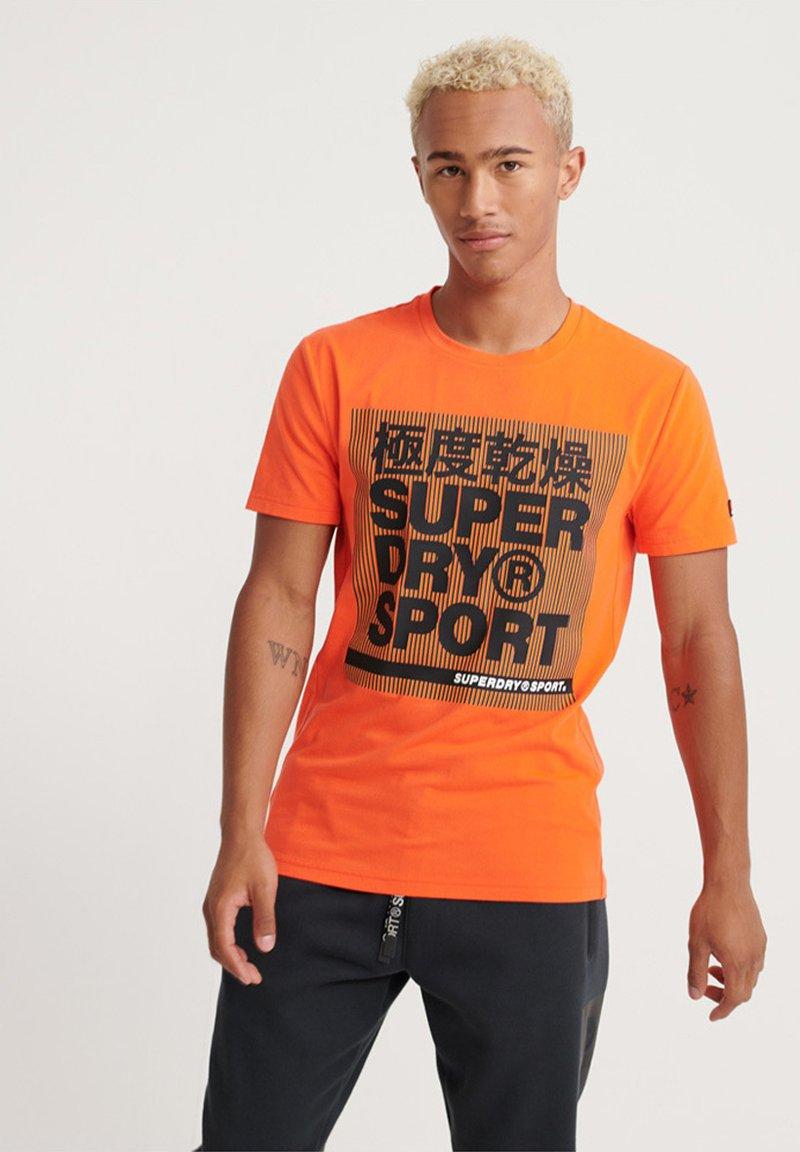 Superdry - MIT GRAFIK - T-Shirt print - orange