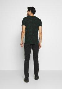 Superdry - CAMO INTERNATIONAL TEE - T-shirt con stampa - enamel green - 2