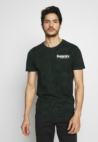 Superdry - CAMO INTERNATIONAL TEE - T-shirt con stampa - enamel green - 0