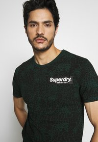 Superdry - CAMO INTERNATIONAL TEE - T-shirt con stampa - enamel green - 3