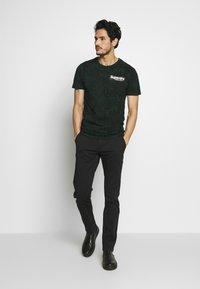 Superdry - CAMO INTERNATIONAL TEE - T-shirt con stampa - enamel green - 1