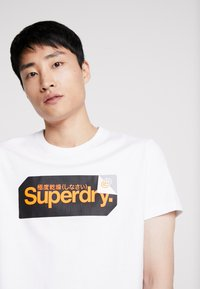 Superdry - CORE LOGO TAG TEE - T-shirt imprimé - optic - 4