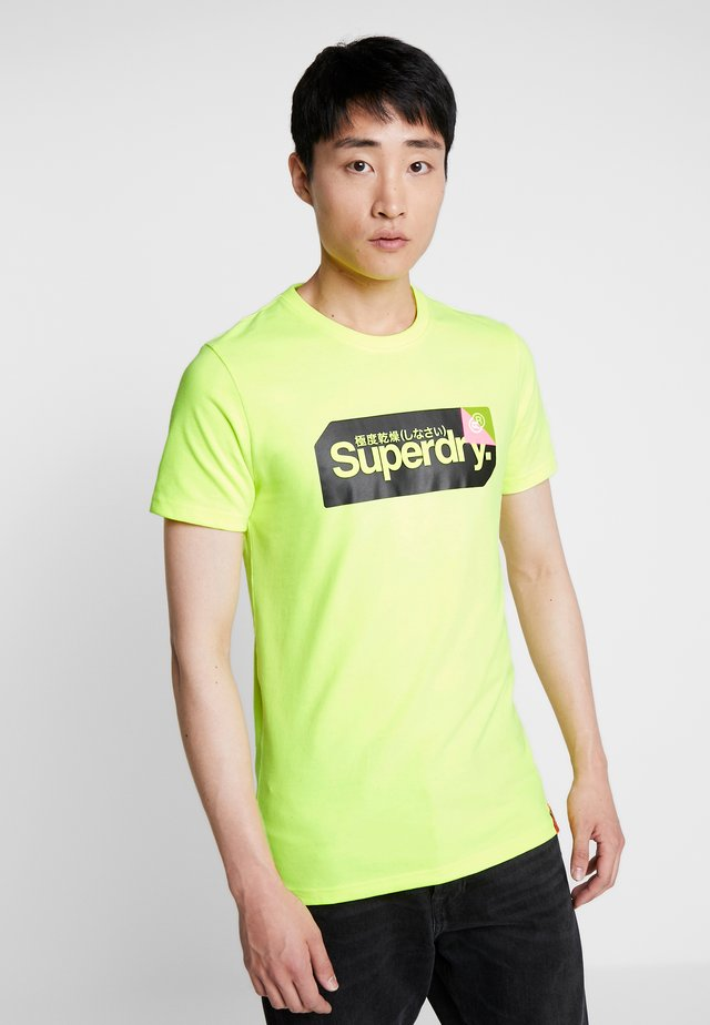 CORE LOGO TAG TEE - T-shirt print - highlight yellow