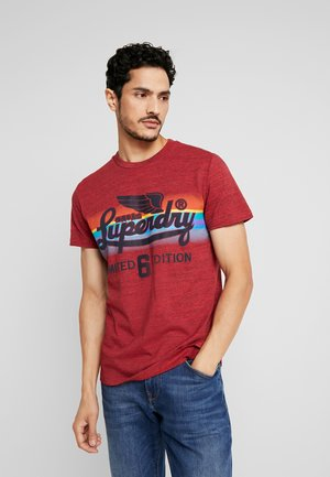 LIMITED ICARUS FADE TEE - T-shirt imprimé - desert red grit