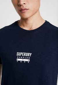 Superdry - SURPLUS GOODS CLASSIC GRAPHIC TEE - T-shirt print - rich navy - 5