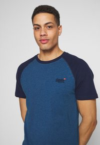 Superdry - OL CLASSIC SS BASEBALL TEE - Camiseta estampada - rich blue - 4