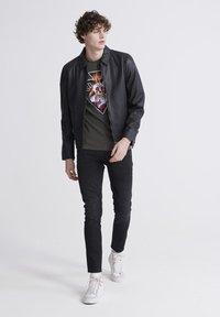 Superdry - T-shirt imprimé - washed black - 1