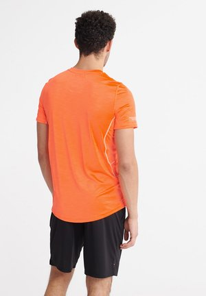 SUPERDRY TRAINING LIGHTWEIGHT T-SHIRT - T-Shirt print - bright havana orange