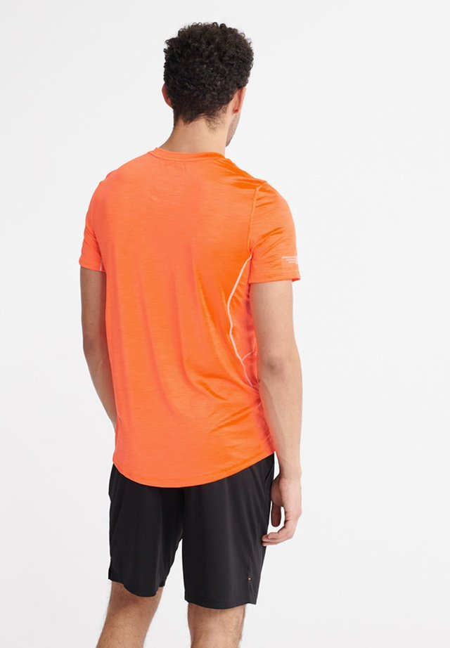 SUPERDRY TRAINING LIGHTWEIGHT T-SHIRT - Printtipaita - bright havana orange