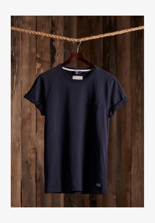 RE-WORKED CLASSIC APPLIQUE - Print T-shirt - downhill navy