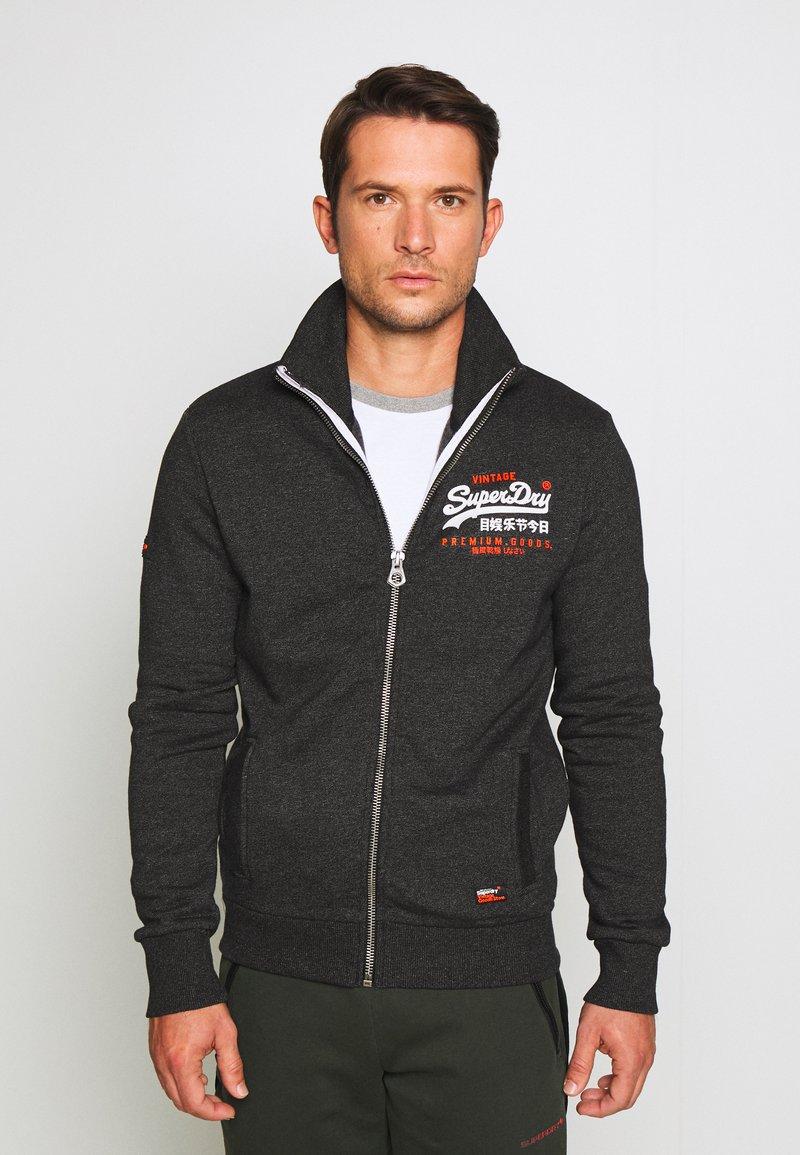 Superdry - PREMIUM GOODS TRACK TOP - Zip-up hoodie - oxide black feeder