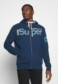 Superdry - CORE SPLIT LOGO ZIP HOOD - Zip-up hoodie - pilot mid blue - 0